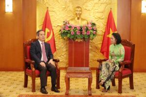 Đồng chí Nguyễn Văn Bình - Trưởng Ban Kinh tế Trung ương trao đổi với bà Nguyễn Thy Nga - Chủ nhiệm nhiệm vụ phát triển thị trường cho đề án Hỗ trợ hệ sinh thái Khởi nghiệp Đổi mới sáng tạo Quốc gia.