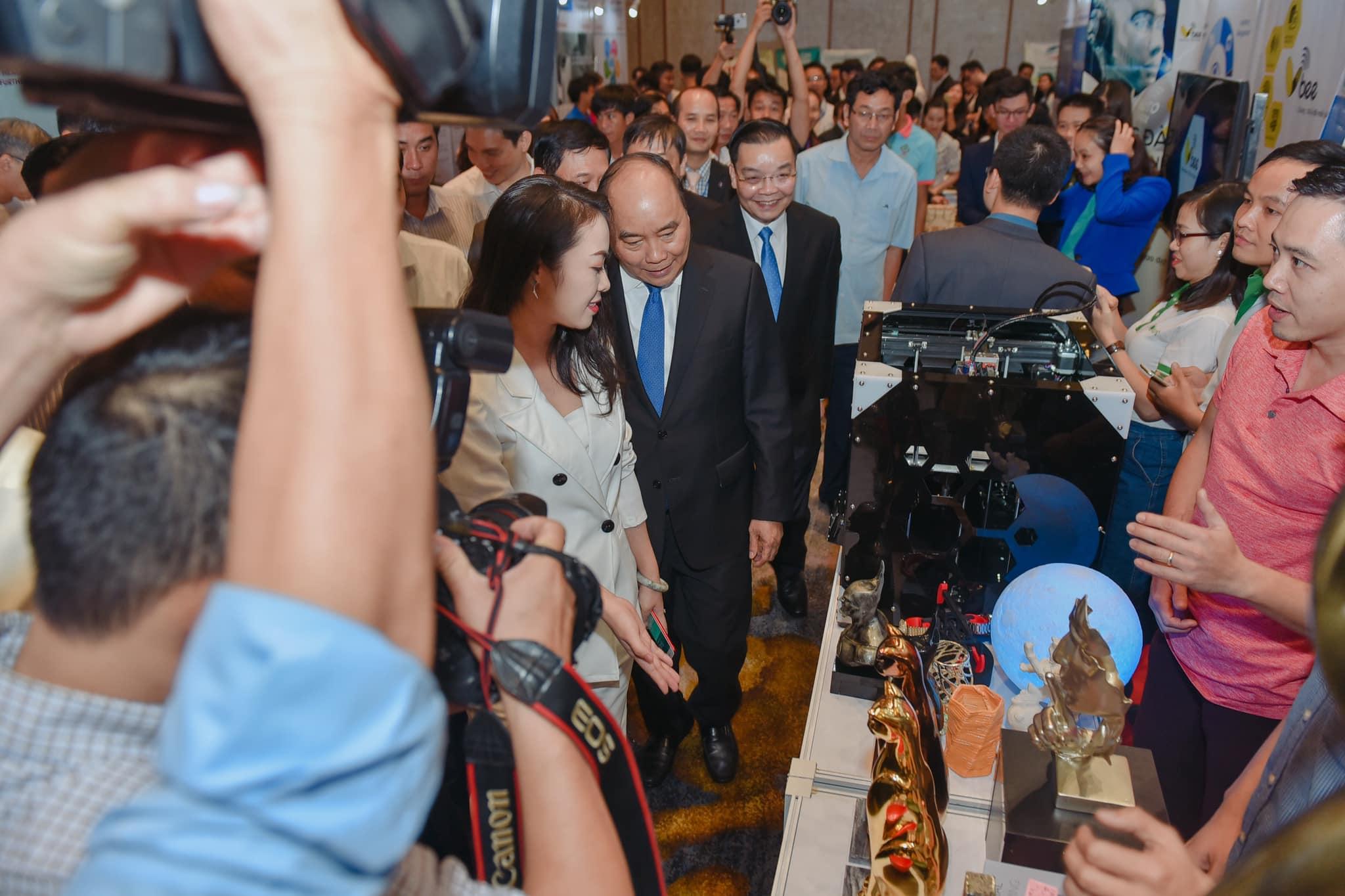 TGĐ Tập đoàn đầu tư và quản lý V-startup Nguyễn Thy Nga giới thiệu với Thủ tướng, và các lãnh đạo Chính phủ - bộ ngành các DN KNĐMST trong lĩnh vực 4.0 T12/2018