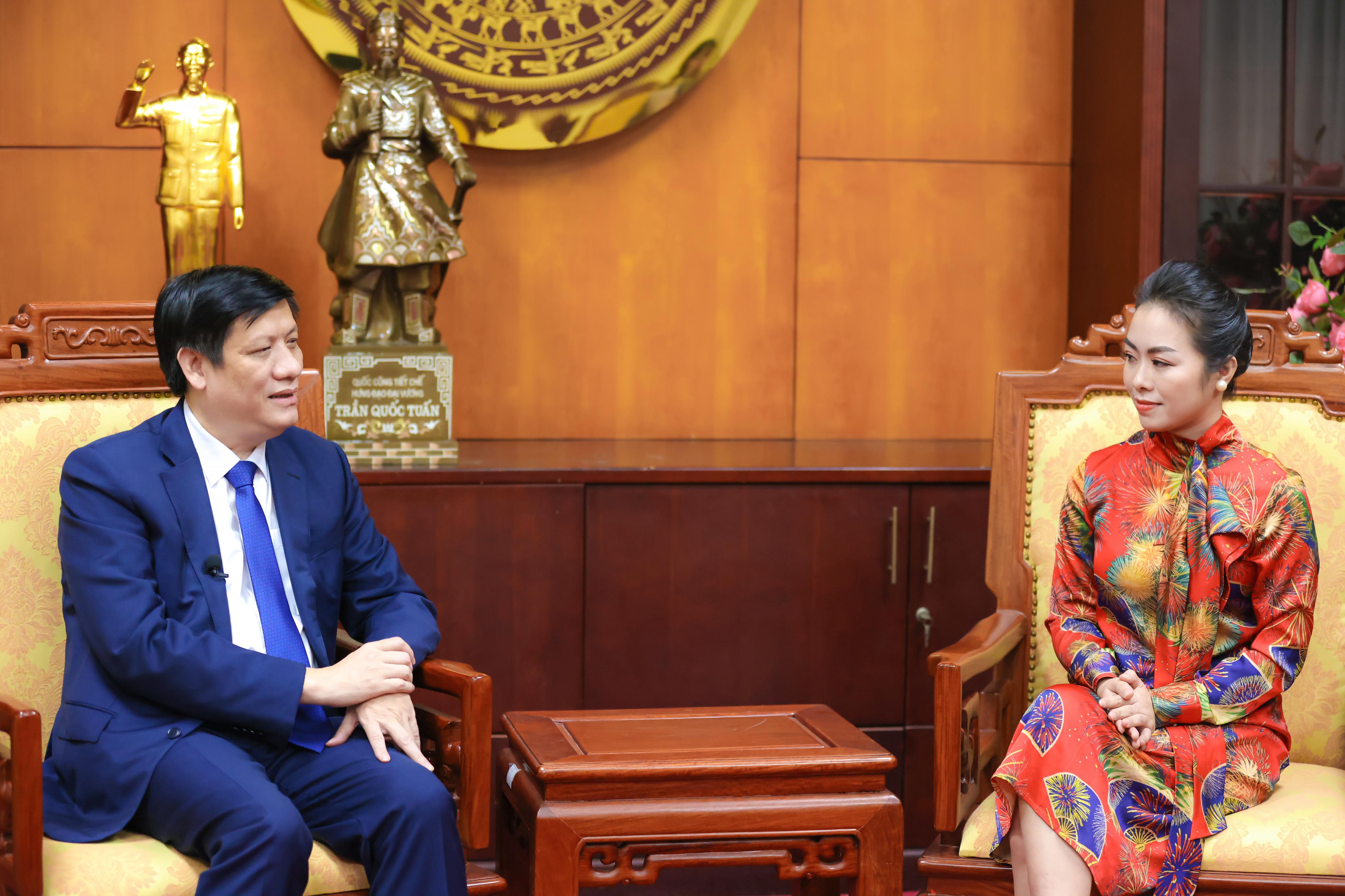 Bộ trưởng Bộ Y tế Nguyễn Thanh Long trong cuộc trao đổi cùng chuyên gia Nguyễn Thy Nga