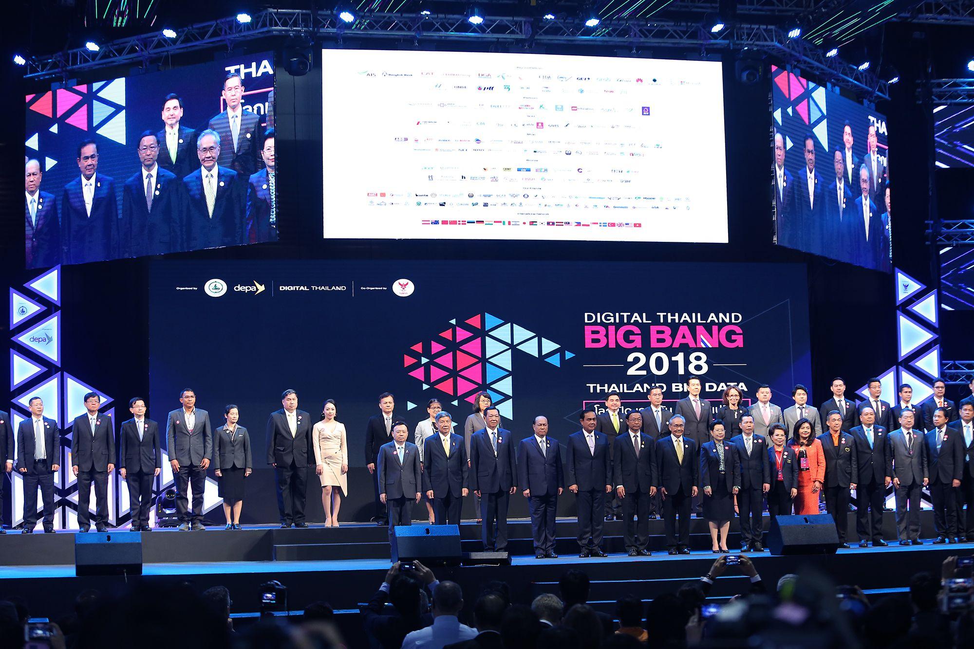 Thy Nga trên sân khấu cùng Thủ tướng Thái Lan Prayuth Chan-Ocha, VIP khai mạc BigBang 2018